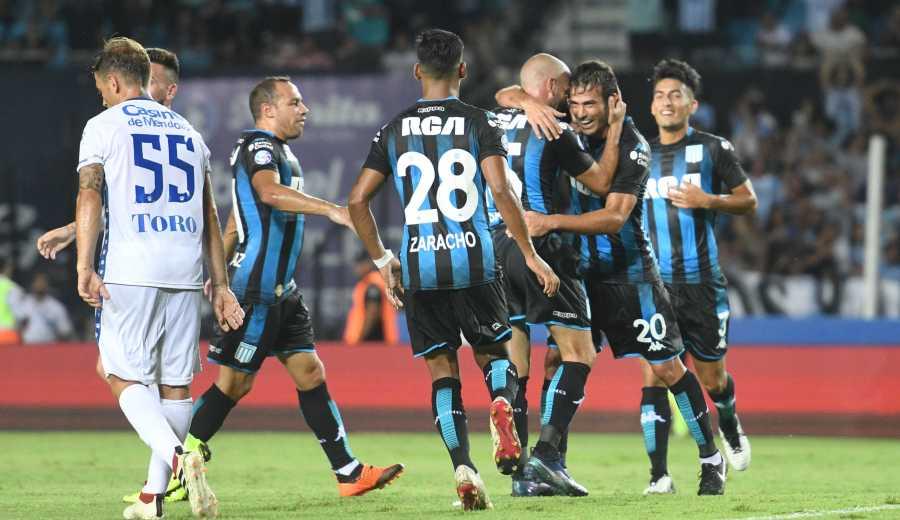 Lisandro López festeja su gol, el primero a favor de Racing ante Godoy Cruz.