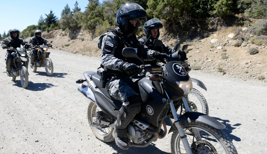 Policía de Río Negro en motocicletas rastrilla el cerro Otto. Foto: Alfredo Leiva