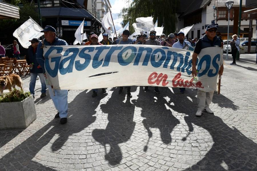 La marcha se hizo este viernes por la tarde por el centro de Bariloche. (Alfredo Leiva)
