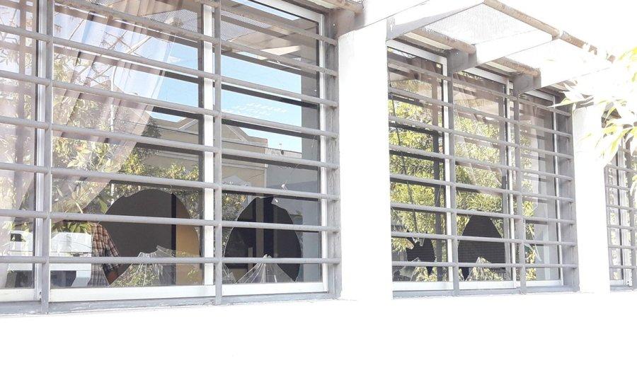 La dirección municipal de Comercio amaneció con las ventanas rotas a piedrazos. (Gentileza @lucasjaranqn).-