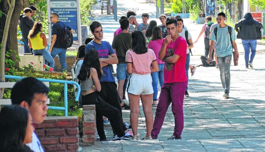 Vivir y estudiar en Neuquén es oneroso y hasta prohibitivo para muchos jóvenes de otros lugares. Foto: Mauro Pérez.
