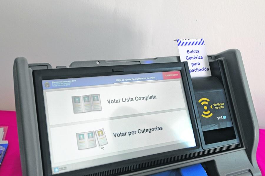 En la provincia hay máquinas para practicar cómo se utiliza el voto. Foto: Juan Thomes