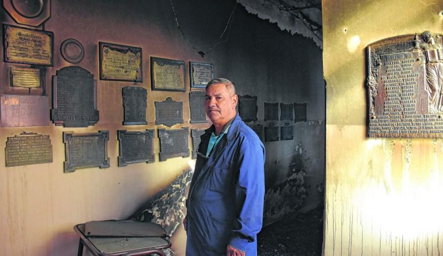 """""""Todas estas placas de egresados las coloqué yo"""", dice con tristeza Heraldo. Foto: Emiliana Cantera"""