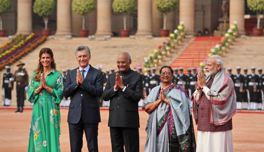 Macri y Awada, tras el saludo protocolar con las autoridades de la India. (Foto: AP)