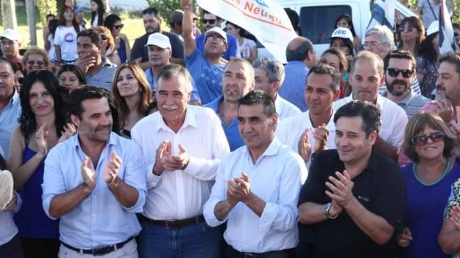 Martínez y Rioseco participaron ayer de un acto en la ciudad de Centenario. (Foto: Gentileza)