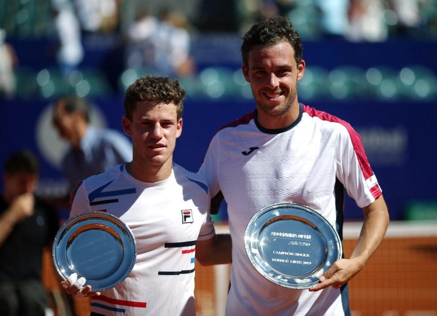 El Peque y Cecchinato posaron con los trofeos tras la final.