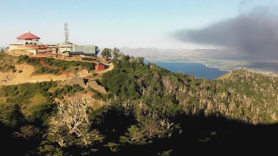 El humo negro del vertedero asomaba detrás del cerro Otto. (Foto: Alfredo Leiva)