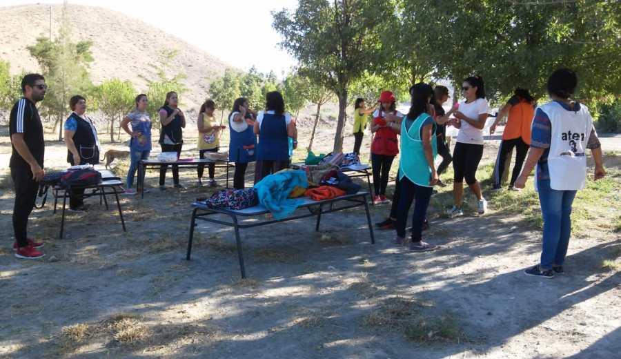 Las docentes iniciaron su tarea en el predio donde debería estar construido el jardín. (Gentileza).-