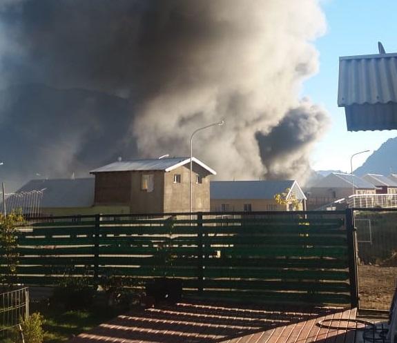 Los vecinos de los barrios adyacentes al basural sufrieron las consecuencias del incendio del sábado. (Gentileza)
