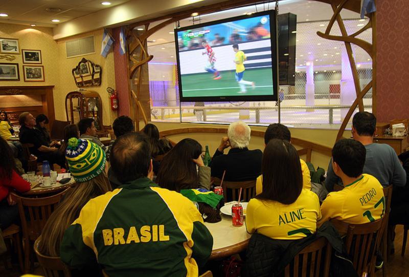 En 2018, los brasileños que vacacionaban en Bariloche siguieron el Mundial por TV. (archivo)