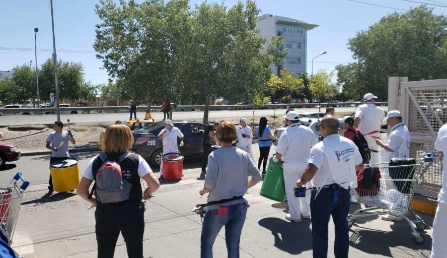 Trabajadores permanecen en la puerta del hipermercado por los despidos