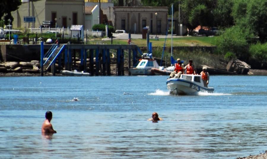 Prefectura recorre el río Negro en búsqueda del hombre desaparecido. Foto: Marcelo Ochoa.