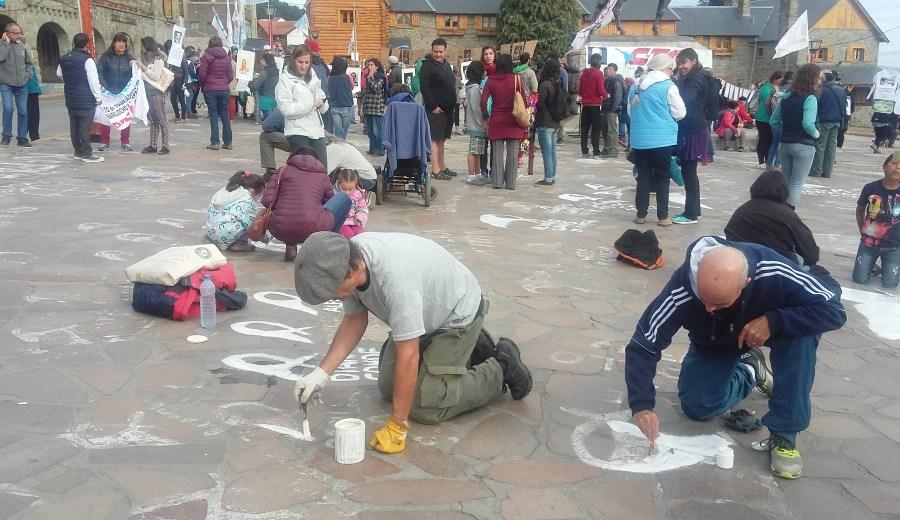 Repintada de pañuelos en el Centro Cívico de Bariloche.