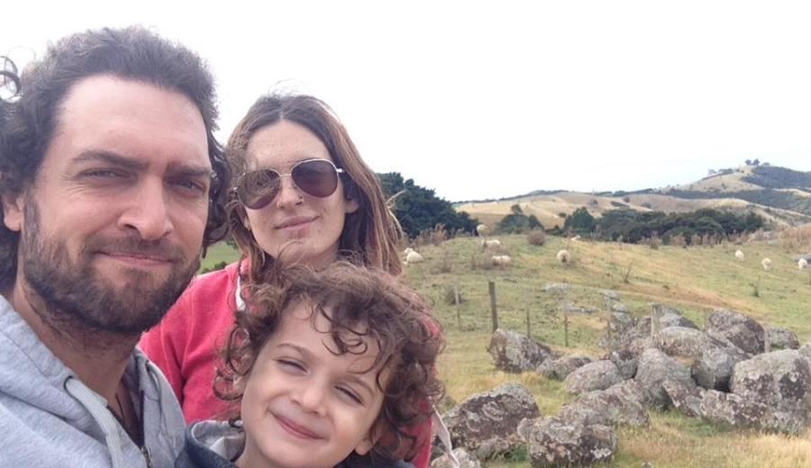 Julia junto a Alcides y Aldo, dejaron su via en Neuquén para construir su futuro en Nueva Zelanda. (Gentileza).-