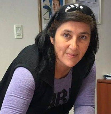 Ángela Luengo firmando su incorporación. Foto: Facebook Municipalidad de Aluminé