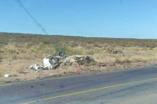 El siniestro se produjo entre un auto y un camión que chocaron de forma frontal en cercanías al Chocón. (Gentileza).-