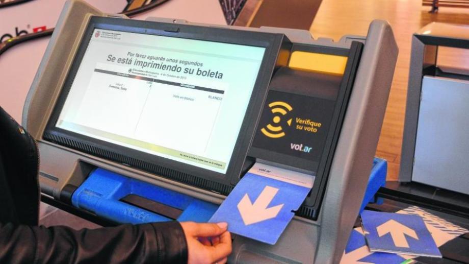 La boleta única electrónica es utilizada en las elecciones municipales de hoy. (Archivo).-