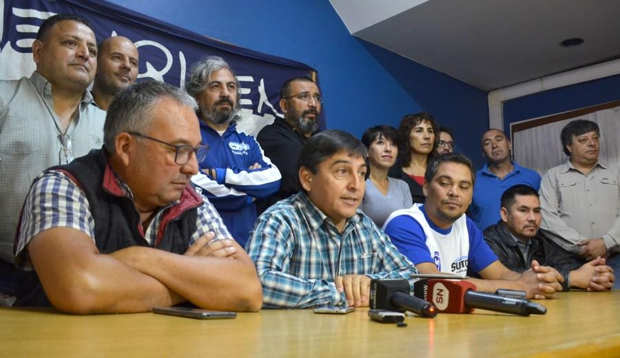 Santiago Baudino y Carlos Quintriqueo en conferencia de prensa hoy (foto Yamil Regules)