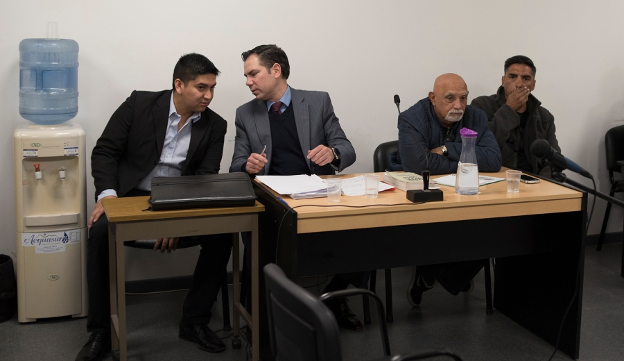 Los imputados Federico Valenzuela Campos (a la izquierda) y Néstor Meyrelles (a la derecha), junto a sus defensores. (Marcelo Martínez)