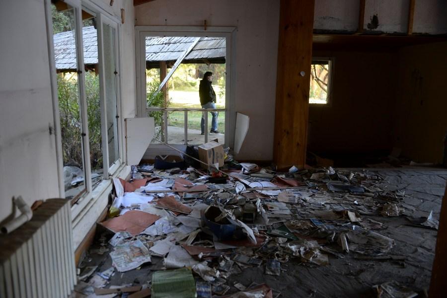 Materiales de la construcción y documentación desperdigada en los espacios de la hostería. (Foto: Alfredo Leiva)