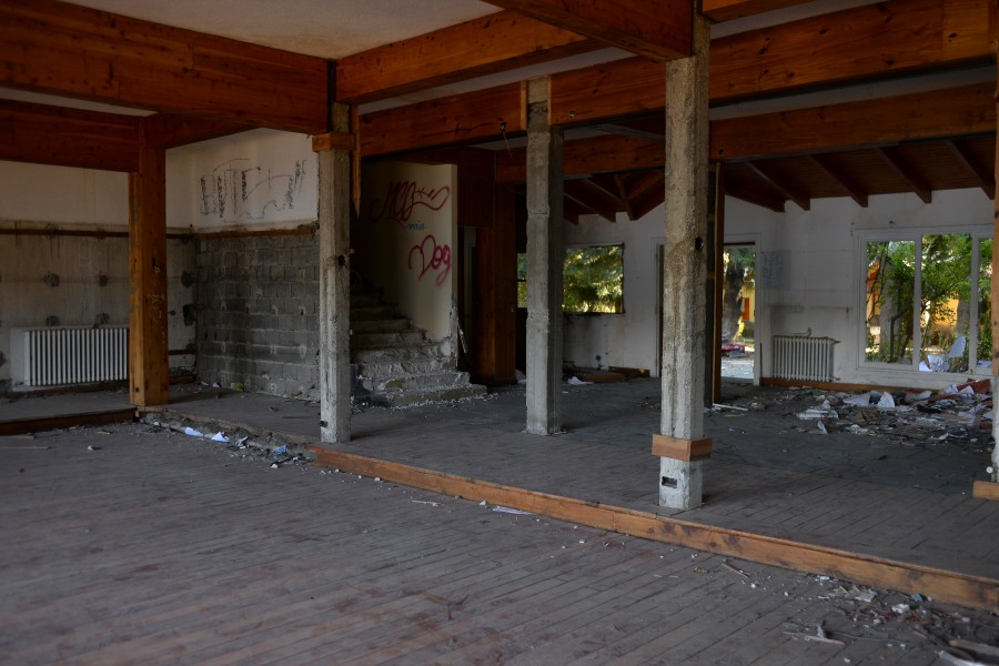 Uno de los amplios espacios de la hostería, en total abandono. (Foto: Alfredo Leiva)