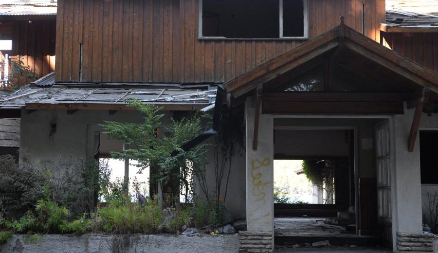 Uno de los acceso al establecimiento, con signos de haber sido incendiado. (Foto: Alfredo Leiva)