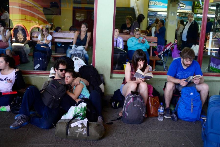 En la terminal de Bariloche, jóvenes leen antes de emprender viaje. (Foto: Alfredo Leiva)