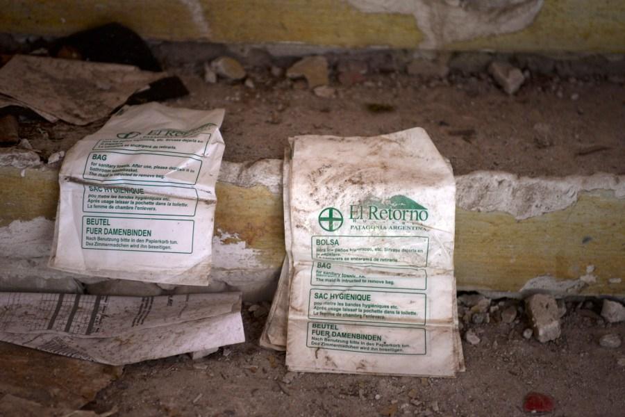 Documentación de la hostería se encuentra entre escombros y material de construcción suelto. (Foto: Alfredo Leiva)