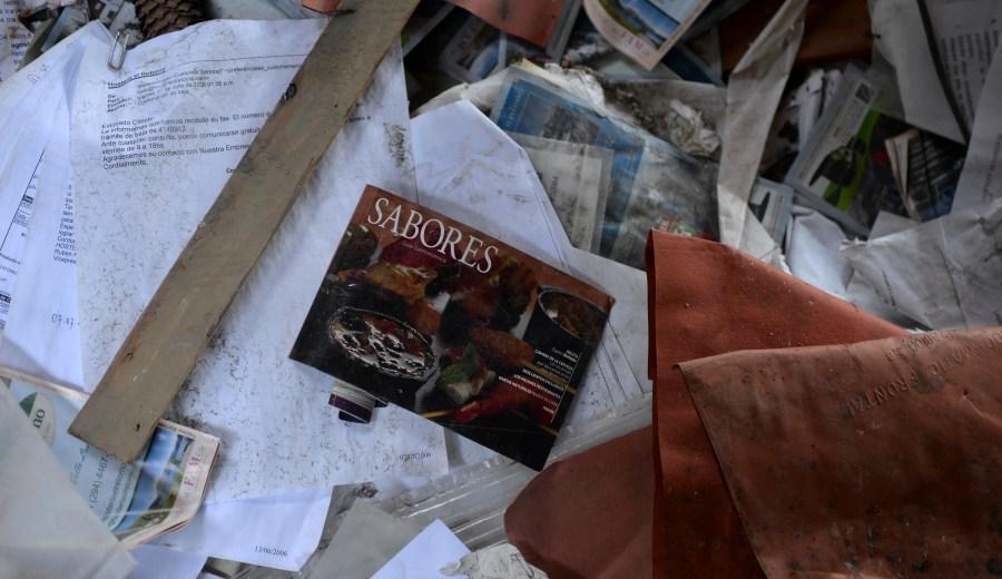Documentación y papeles de la hostería desperdigados en los espacios saqueados. (Foto: Alfredo Leiva)