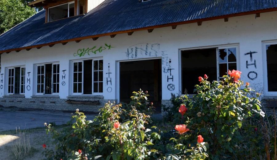 Lo que no se arrancó, se rompió o se vandalizó, lo que le da al edificio una sordidez que asusta. (Foto: Alfredo Leiva)