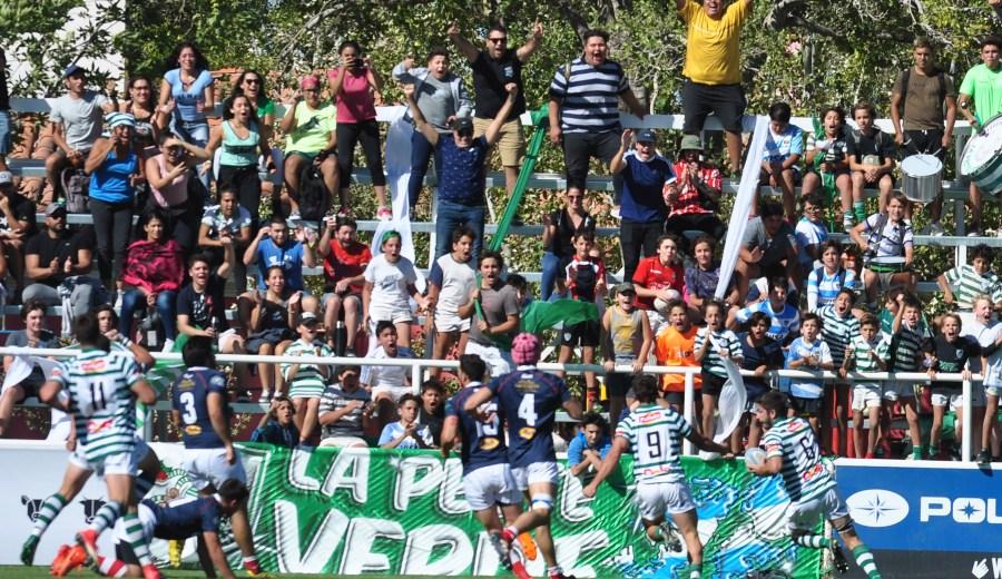 Urcola se dispone a apoyar el segundo try de la tarde mientras el público delira. (Foto: Juan Thomes)