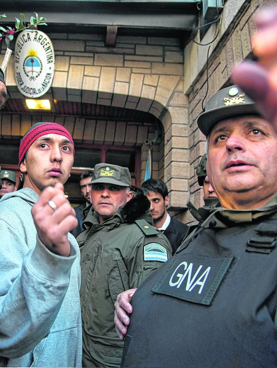 En el 2017, Fausto había salido triunfal del juzgado Federal de Bariloche tras estar cuatro días preso. Ayer regresó a la cárcel.