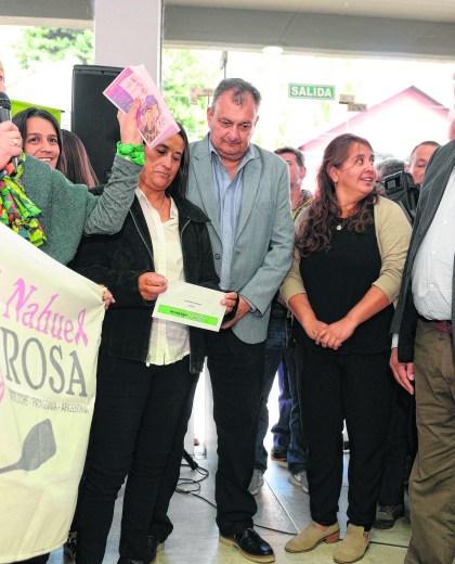 Miradas esquivas, el lunes durante la inauguración de las oficinas del Ipross en la ciudad cordillerana.