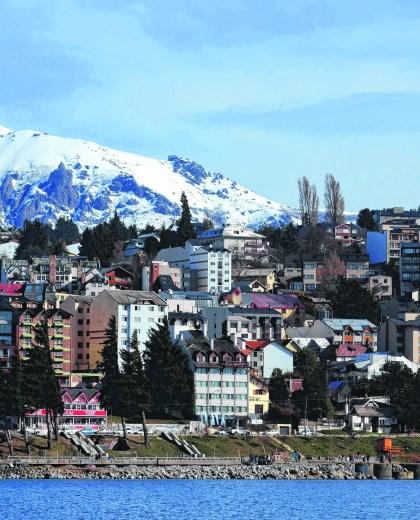 Bariloche vista desde el lago Nahuel Huapi. (Archivo)