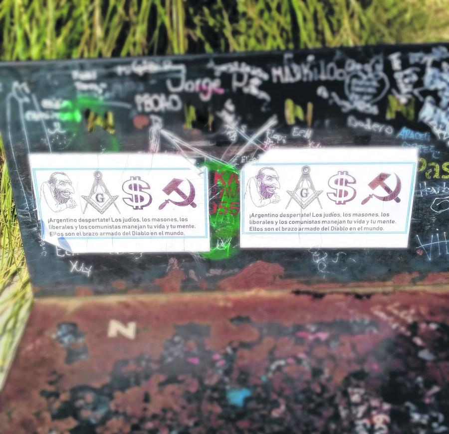 Los carteles estuvieron en bancos del Parque Central.  Foto: Daia Neuquén