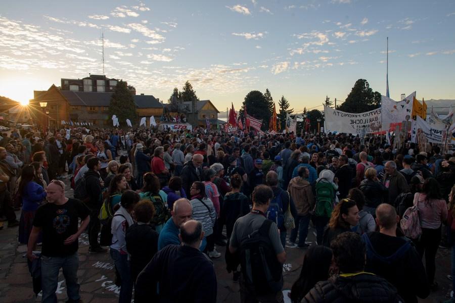 Los manifestantes coparon la plaza del Centro Cìvico al caer la tarde. (Marcelo Martínez)