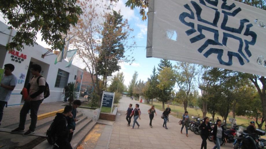La Universidad Nacional del Comahue cuenta con 77 carreras.. Archivo