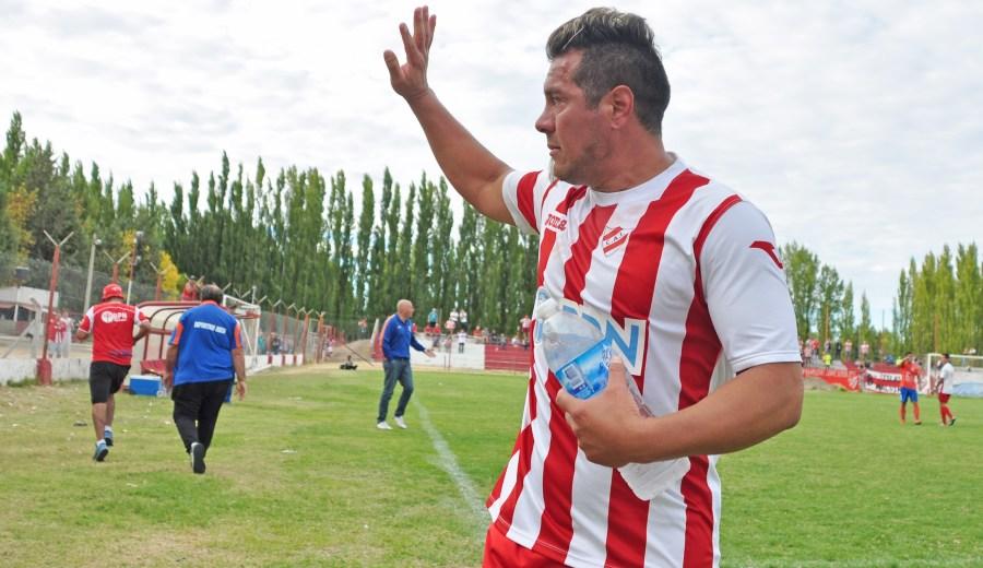 El momento en que Porra es sustituido ante la ovación del público. El jugador se emocionó y agradeció las muestras de cariño. (Foto: Juan Thomes)