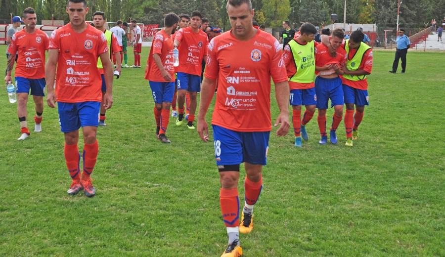 La desazón de los jugadores del Depo tras la dura derrota en La Chacra. Los más grandes consolaron el llanto de los jóvenes. (Foto: Juan Thomes)