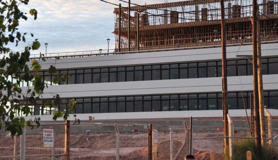 Un sector está terminado pero los trabajos continúan en el edificio posterior de cuatro pisos.  (Foto: Juan Thomes).