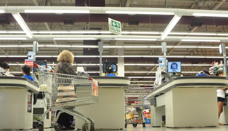 Todos los meses se relevan los precios en 12 supermercados y 49 comercios de Neuquén. Foto: Juan Thomes