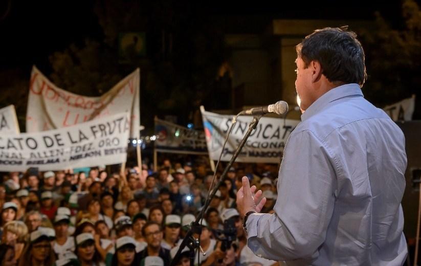 El gobernador anoche frente a la militancia, en la zona de La Esmeralda y Paraguay