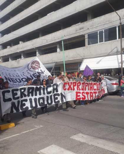 Los obreros que se concentraron en el monumento marcharon por el centro de Neuquén. (Gentileza).-