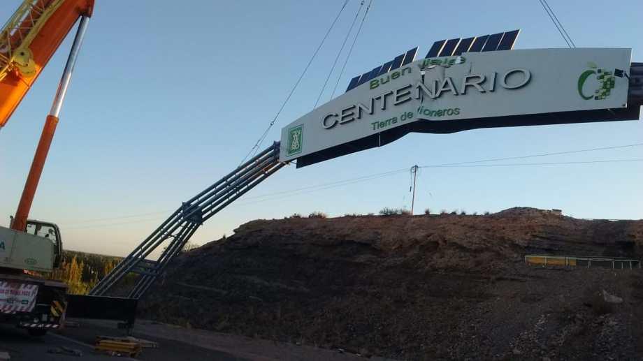 En 2019 fue el último intento de colocar el arco de bienvenida a Centenario. Bertoldi quiere intentarlo (Archivo Oscar Livera).-