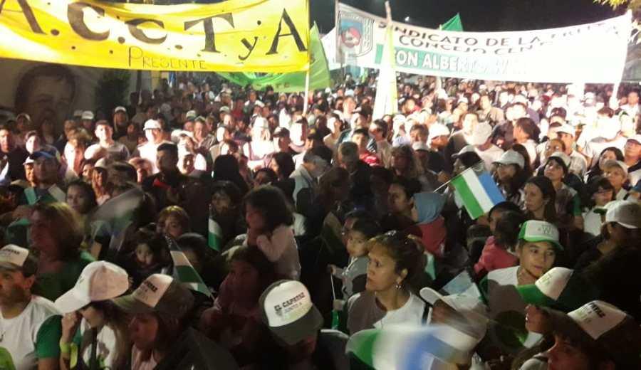 El público presente durante el acto en Fernández Oro. Foto: César Izza.