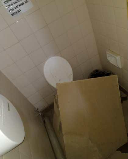 Así quedó el baño donde la docente fue golpeada por una placa que cayó del techo. (Gentileza).-
