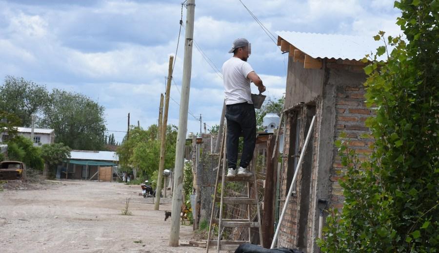 Los vecinos del la toma El Sauce padecen la falta de servicios y esperan que se concrete la regulación de sus tierras.  (Cesar Izza)