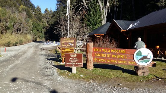 El camino se desprende la ruta nacional 40 Sur a la altura de Villa Mascardi.