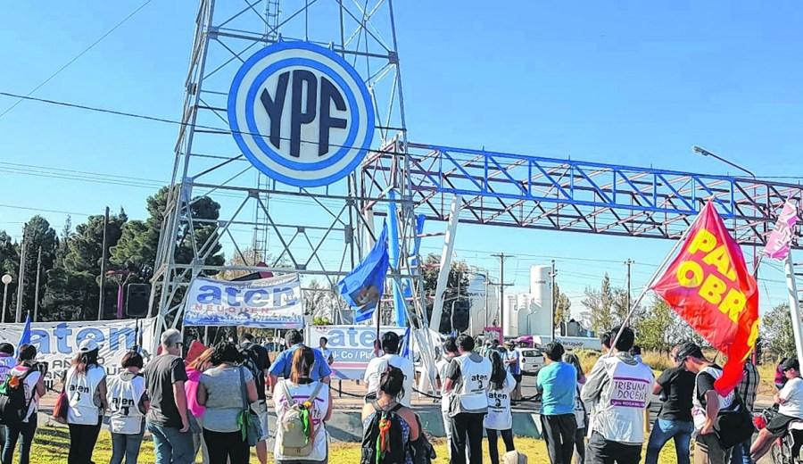 """El sindicato docente realizó un acto en el ingreso a la refinería de YPF. """"Es una reivindicación histórica"""", dijo Guagliardo."""