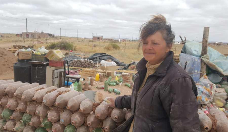Alicia encontró por internet el método y junto a su familia inició la construcción.